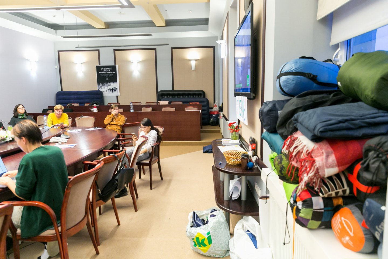 Mokytojai jau savaitę gyvena ŠMM Kolegijų salėje.<br>T.Bauro nuotr.