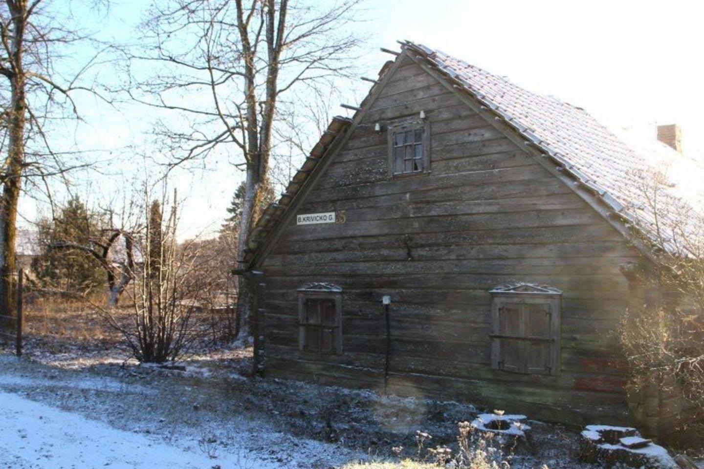 Pervalkų kaime prie pat kryžkelės stovi pasipriešinimo poeziją rašiusio Broniaus Krivicko gimtieji namai.<br>A.Švelnos nuotr.