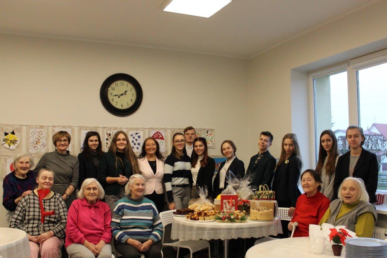 Kauno rajone gerumo akcija jau vyksta ištisus mokslo metus.Ypač aktyviai moksleiviai globos įstaigoms, mažiesiems ligoniams, vienišiems senukams padeda prieš Kalėdas.<br>G.Sadeckaites nuotr.