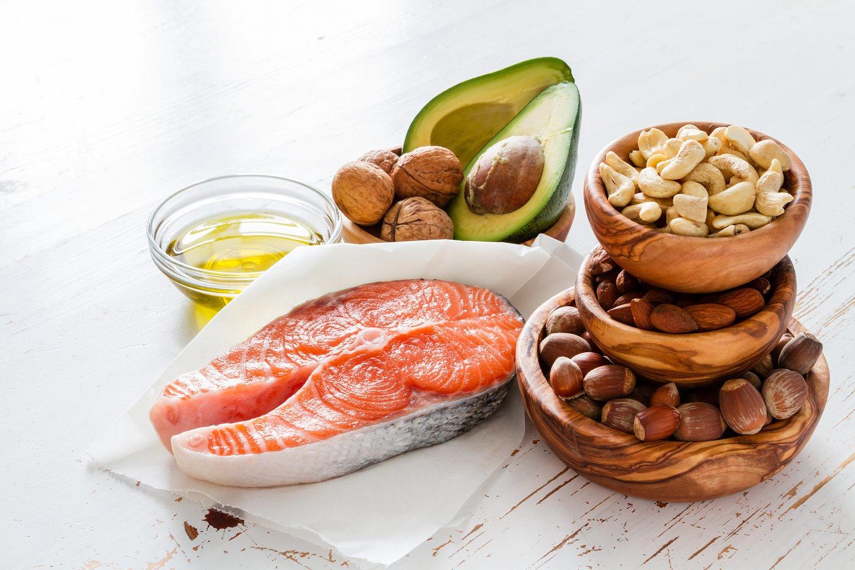 Naudingųjų riebalų rūgščių gausu žuvyje, sėklose, riešutuose, kurie kelia nuotaiką ir mažina depresijos simptomus tamsiomis žiemos dienomis.<br>123rf nuotr.