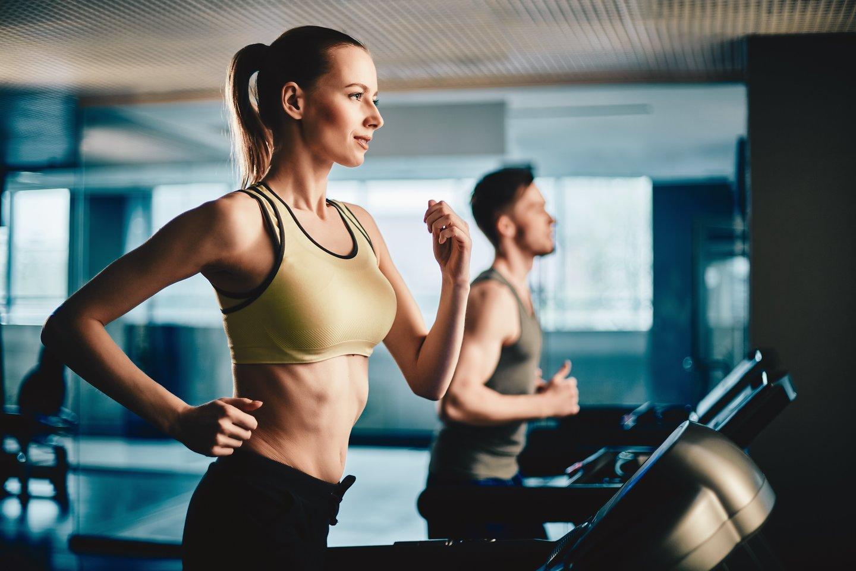 Judėjimas didina endorfinų – laimės hormonų – kiekį organizme, kuris itin reikalingas tamsiuoju periodu.<br>123rf nuotr.