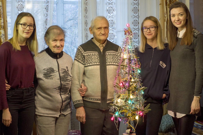 Jonas ir Alina Patackai su trijomis anūkėmis Migle, Aušrine ir Rita.<br>Nijolės Zenkevičiūtės nuotr.