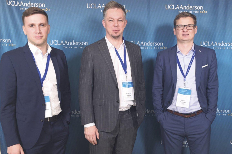 """Koncerno """"Vikonda"""" generalinis direktorius M.Snarskis (centre), inovacijų direktorius P.Guzevičius (kairėje) ir """"Vikedos"""" generalinis direktorius A.Gauronskis (dešinėje) Kalifornijos universitete Los Andžele."""