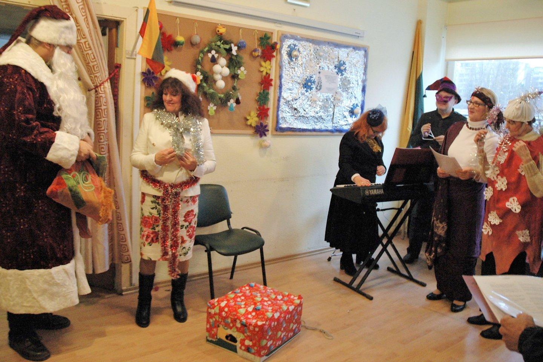 VšĮ Pagalbos ir informacijos šeimai tarnybos lankytojai ypač džiaugėsi Kalėdų seneliu.<br>Linos Jakubauskienės nuotr.