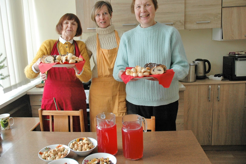 Pagalbos ir informacijos šeimai lankytojai su dovanomis ir skanėstais vyko į Fabijoniškių socialinių paslaugų namus.<br>Linos Jakubauskienės nuotr.