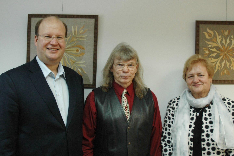 Parodos autorius Osvaldas Žvirblis su Martynu Marcinkevičiumi ir Ona Davidoniene.<br>Linos Jakubauskienės nuotr.