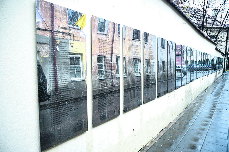 Paupio gatvėje kabo 33 lentos su Užupio konstitucijos vertimu į pasaulio kalbas. Dar liko vietos 10 konstitucijų.