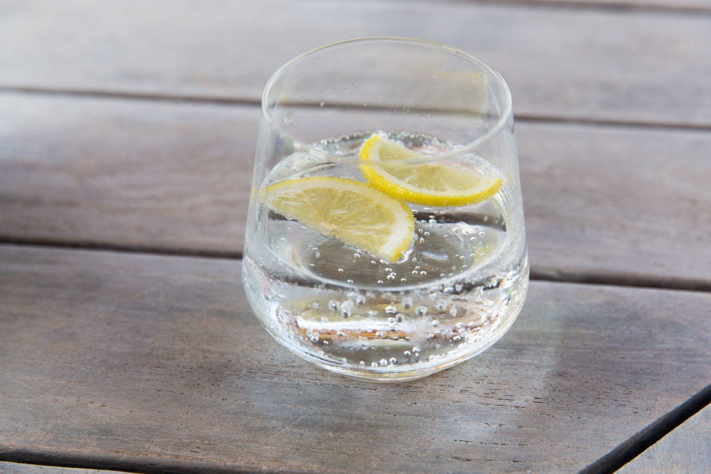 Gazuotas vanduo su citrina.<br>123rf nuotr.