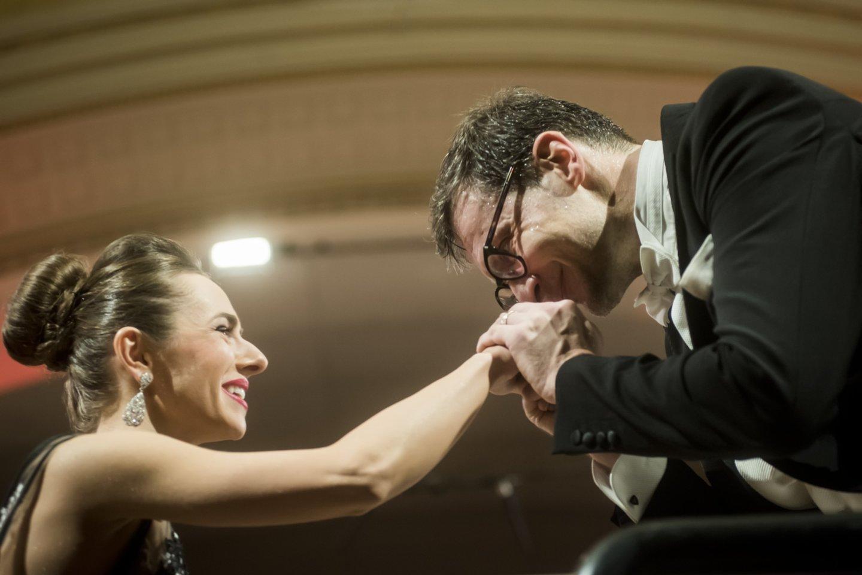 Naujųjų metų koncertą Nacionalinėje filharmonijoje dirigavo M.Pitrėnas.<br>D.Matvejevo nuotr.