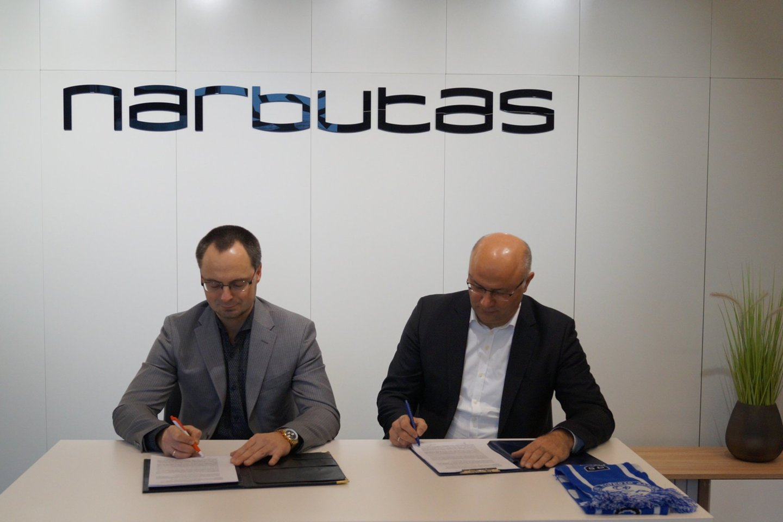 Sutarties pasirašymas dėl klubo steigimo: S. Petrauskas (kairėje), I. Švabovičius.<br>V.Brusokaitės nuotr.