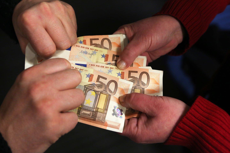 Neva 50 eurų permoką grąžinti atėjusios apsišaukėlės duodavo didesnio nominalo banknotą ir prašydavo grąžos. <br>M.Patašiaus asociatyvi nuotrauka