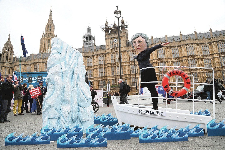 """""""Pasiruoškite, priekyje ledkalnis"""", – tokius niūrius perspėjimus apie artėjančią sumaištį dėl """"Brexit"""" žeria britai.<br>AP nuotr."""