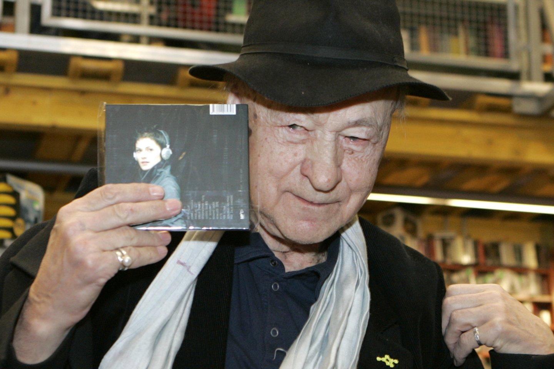 Jonas Mekas pasirašinėja ant savo knygų Baltų lankų knygyne Akropolyje<br>R.Neverbicko nuotr.