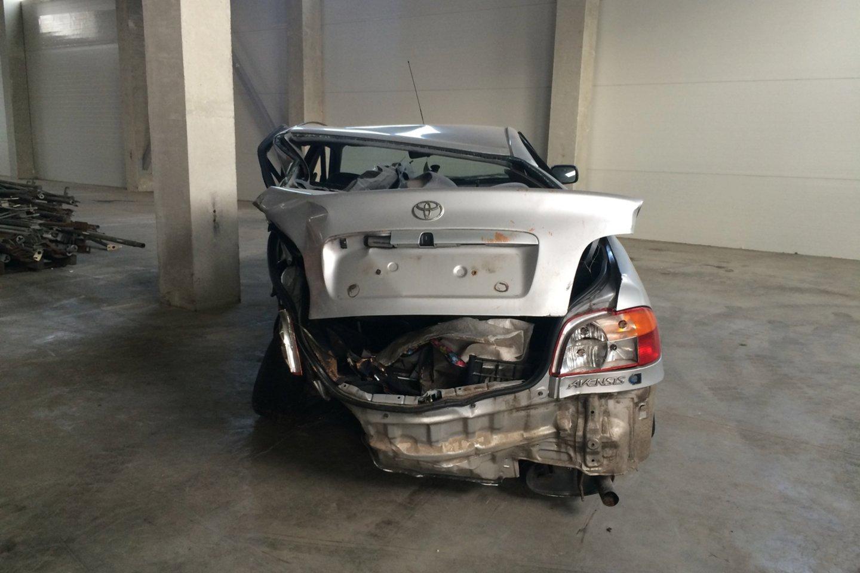 Jankauskų šeimos automobilis saugojamas po tragiškos avarijos.<br>Asmeninio archyvo nuotr.
