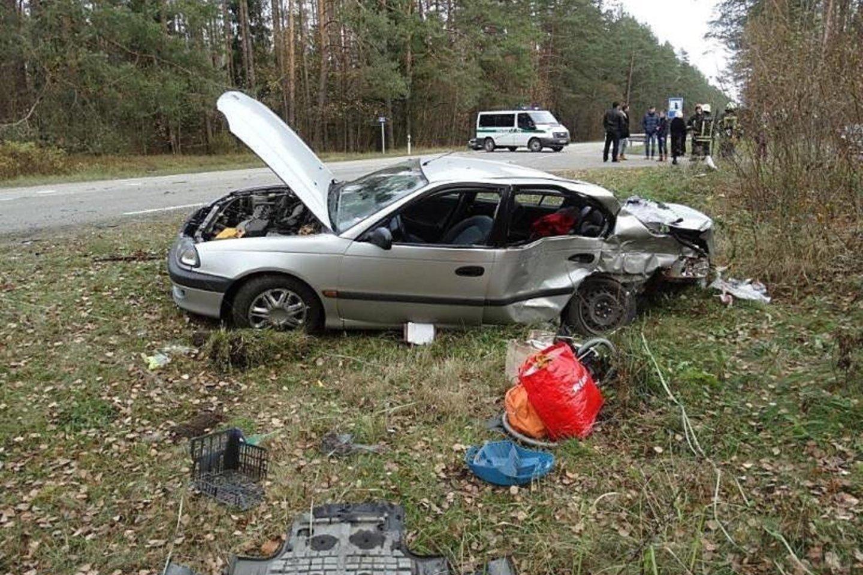 """Jurgitos Jankauskienės vairuotas""""Toyota Avensis"""" automobilis avarijos vietoje.<br>Liudininkų nuotr."""