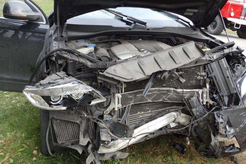 """""""Audi Q7"""" visureigis, kuris trenkė į šoną Jankauskų šeimos automobiliui.<br>Liudininkų nuotr."""