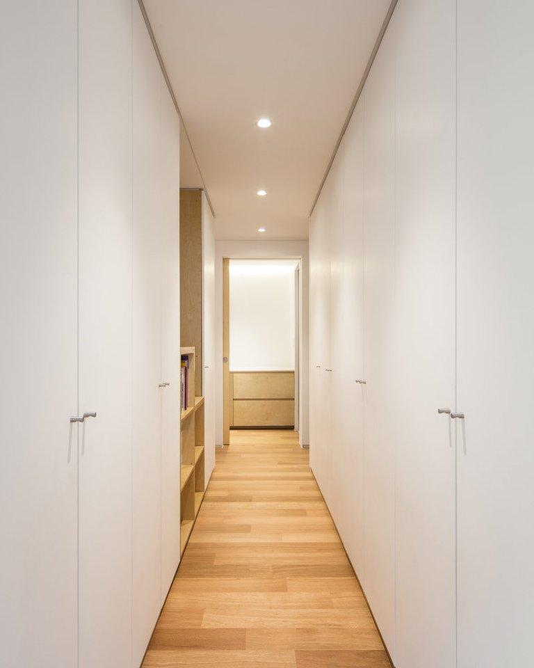 Kiekvienas siauras namo aukštas turi devynių metrų aukščio lubas.<br>B.Jihuno/archdaily.com nuotr.