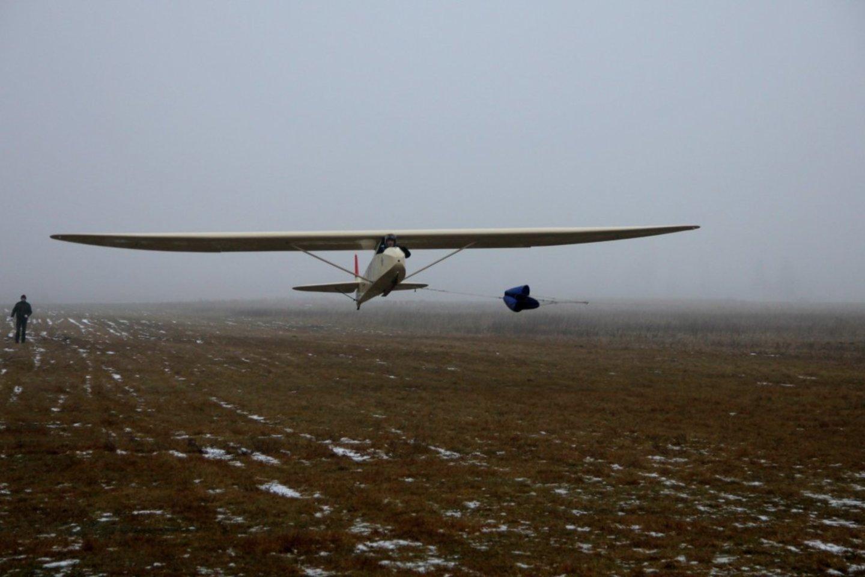 Šilutiškiai aviacijos sporto mėgėjai gujami iš Armalėnų aerodromo.
