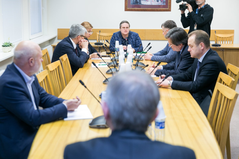A. Širinskienės komisijoje į klausimus atsakinėjo V. Pranckietis.