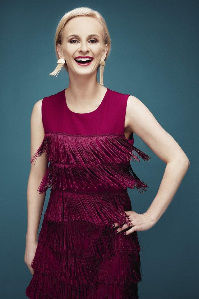"""""""Mano drabužių spintoje galima rasti tik suknelių. Gyvenimo pokyčiai atvėrė, kad aš ne šiaip sau žmogus esu. Juk aš – moteris. Ir tikrai – daug galios atėjo per moteriškumą. O suknelės, ilgi plaukai teikia reikalingos energijos"""", – sako Ieva.<br>M.Požerskytės (Studija PIX) nuotr."""