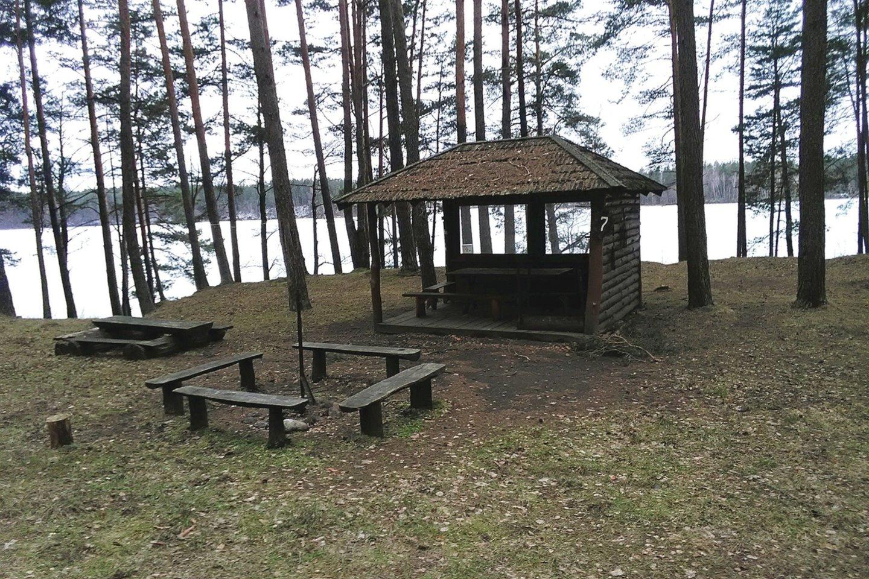Siesarčio ežero pakrantėje, savo miške S.Stonkus įrengė aikštelių poilsiui, pastatė ir pavėsinių, saugančių nuo lietaus ir vėjo.<br>S.Stonkaus nuotr.