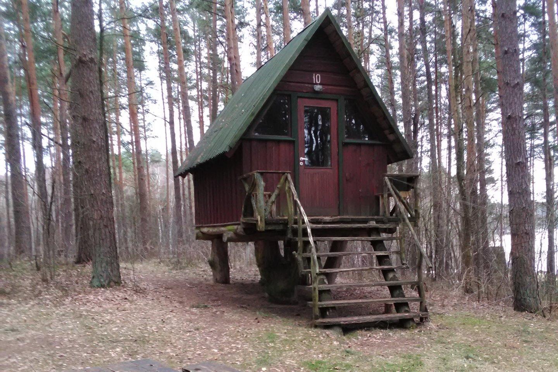 Šį namelį, statytą prieš dešimtį metų, liepta paversti pavėsine.