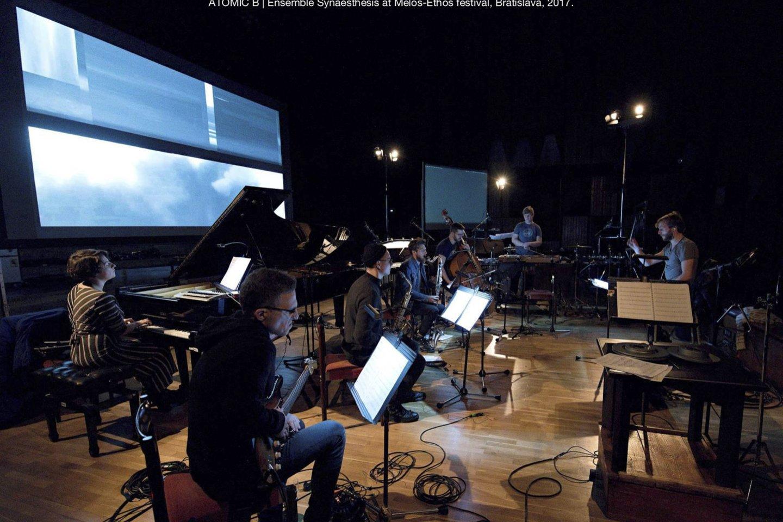 """Šiuolaikinės muzikos ansamblis """"Synaesthesis"""" pristato projektą ATOMIC B.<br>Organizatorių nuotr."""