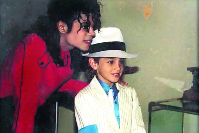 Michaelas Jacksonas įtariamas seksualiai išnaudojęs vaikus.<br>Kadras iš filmo.