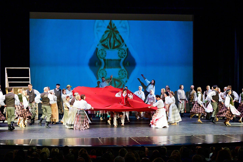 Senojo lietuviško kaimo personažai atgijo Čikagos scenoje.<br>S.Ščedrinos nuotr.