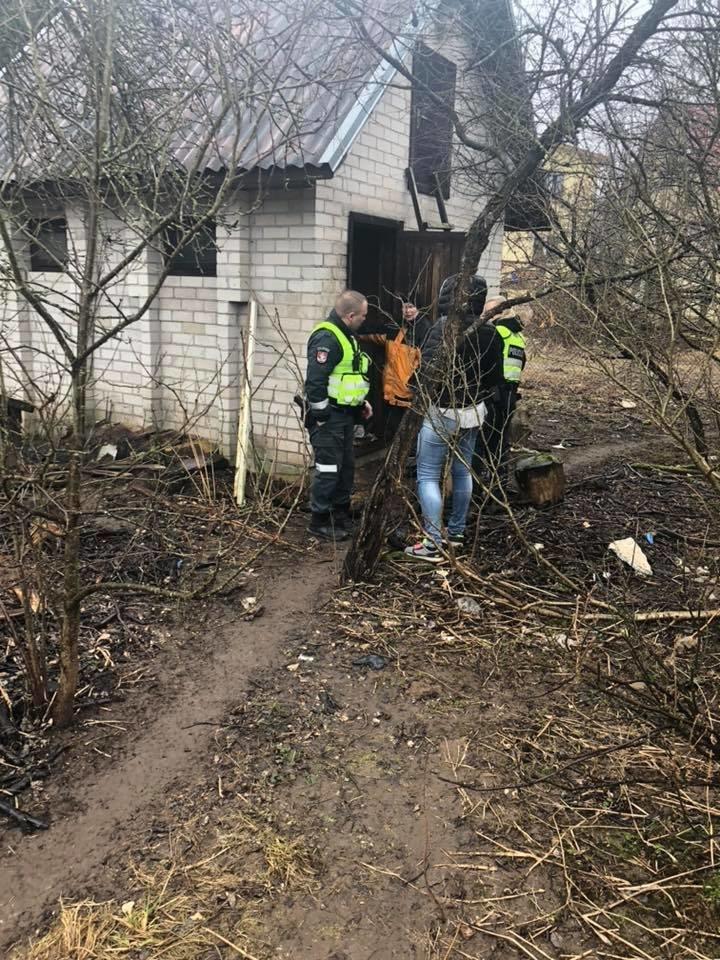 Pasak organizacijos vadovės, name uždaryta daugiau kaip 20 šunų, kurie jau 2 metus neišleidžiamų į lauką.<br>Facebook nuotr.