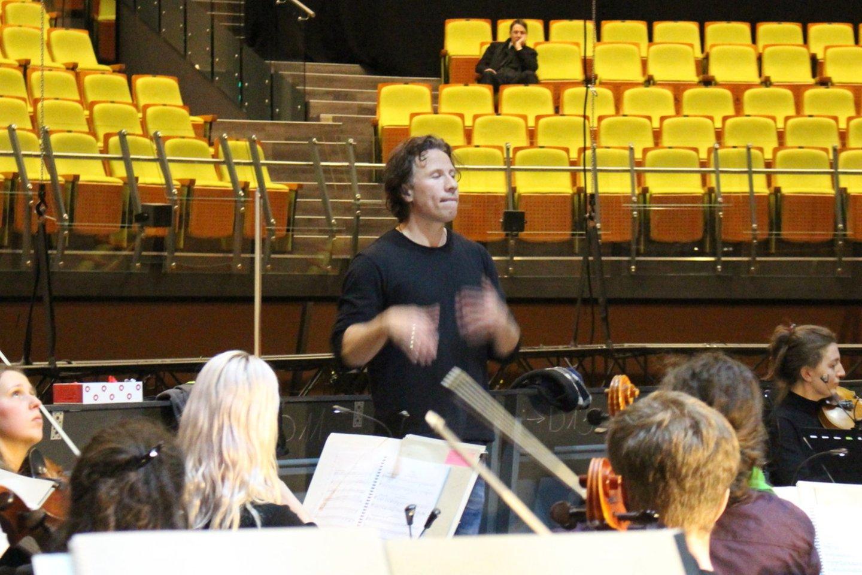 Baltijos jūros filharmonijos orkestras naujojoje Palangoskoncertų salėje kasdien repetavo visą savaitę.<br>A.Ziabkaus nuotr.