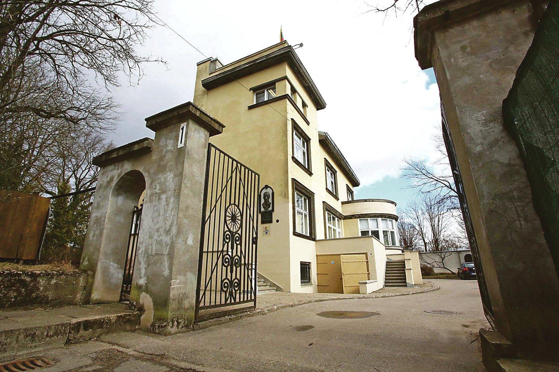 Kauno dailės gimnazija veikia tarpukariu pastatytoje Lietuvos ministro pirmininko J.Tūbelio viloje, kurią suprojektavo garsus architektas F.Vizbaras.