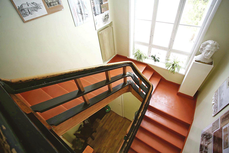 Viloje esantys mediniai laiptai nufilmuoti ne vienoje kino juostoje.