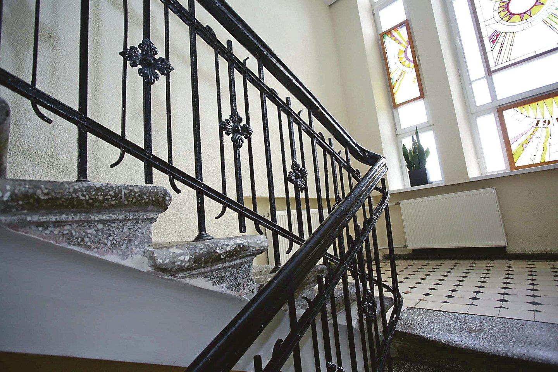 Gimnazijoje iki šiol išliko laiptai su turėklais, kuriuos puošia kazimieriečių simbolis – lelijos.
