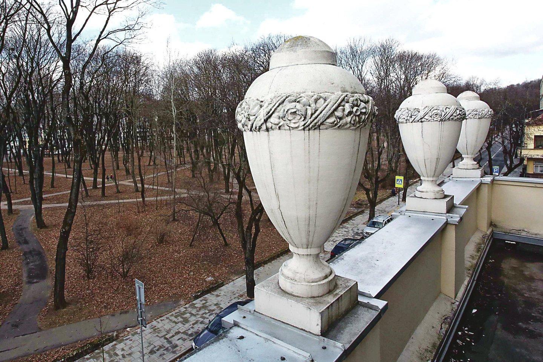 Progimnazijos atpažinimo ženklu yra tapusios didelės gipsinės fasadą puošiančios vazos.