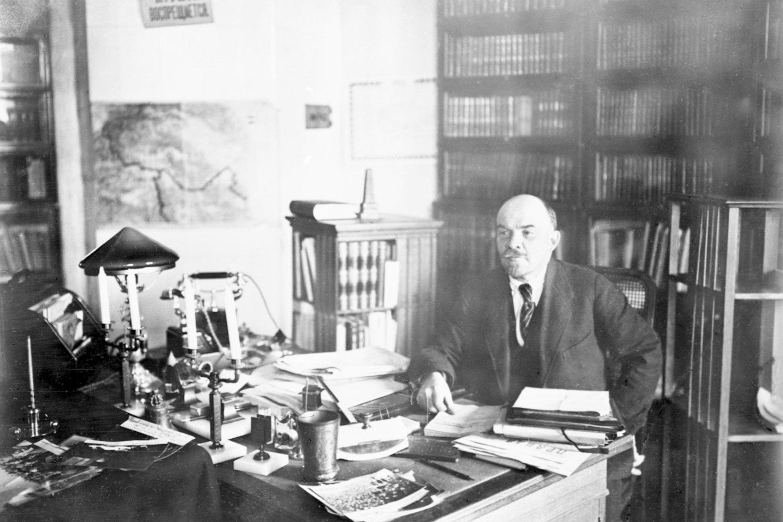 Leninas savo kabinete Kremliuje 1922 metais.<br>Scanpix/AFP nuotr.