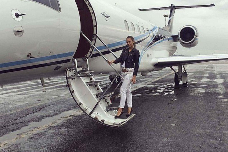 """Prie nuosavo lėktuvo pozuoja gražuolė rusaitė Marija.Paskyroje cituojama iš jos lūpų nuskambėjusi frazė: """"Kiekvieną dieną į mano banko sąskaitą įkrenta suma, prilygstanti jūsų metiniam uždarbiui"""".<br>Instagram nuotr."""