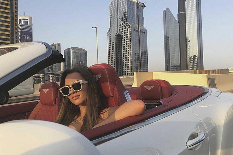 """Marija, besipuikuojanti savo turtais, buvo nufotografuota ir sėdinti prie """"Bentley"""" vairo.<br>Instagram nuotr."""