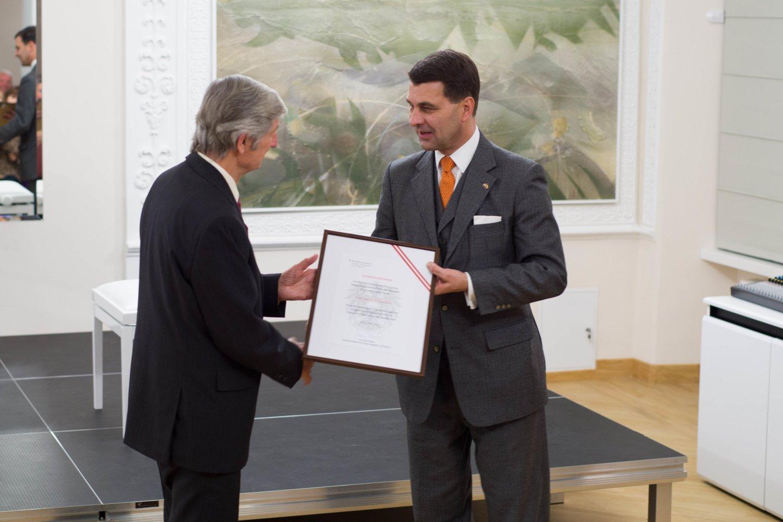 Austrijos Respublikos užsienio reikalų ministerijos generalinis sekretorius dr.J.Peterlikas teikia padėkos raštąbuvusiam Lietuvos ir Austrijos draugijos prezidentui prof. J.Antanavičiui.<br>P.Olšausko nuotr.