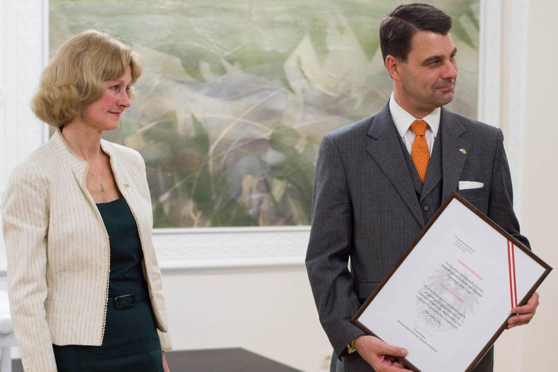 Austrijos Respublikos užsienio reikalų ministerijos generalinis sekretorius dr.J.Peterlikas teikia padėkos raštą Austrijos literatūros skaityklosvyr. bibliotekininkei K.Rudaitienei.<br> P.Olšausko nuotr.