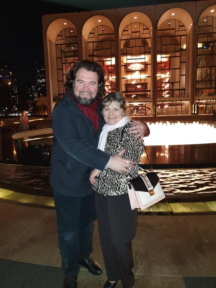 """V.Vyšniauskas su mama prie Lincolno centro, kuriame įsikūręs""""Metropolitan Opera"""" teatras.<br>Asmeninio albumo nuotr."""