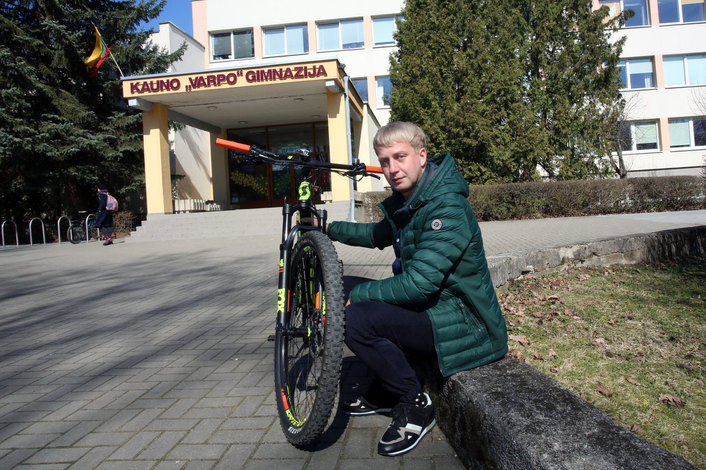 S.Kozlovas atšilus orui kasryt į darbą rieda dviračiu, ten įveikti Parodos kalną.<br>M.Patašiaus nuotr.