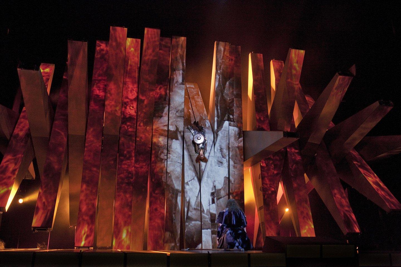 """""""Žiedo"""" scenografija – tai monstras iš lentų, kuris transformuojasi pagal siužetą.<br>""""Metropolitan Opera"""" nuotr."""