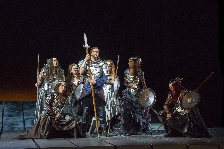 "Votanas (G.Grimsley) su dukromis valkirijomis.<br>""Metropolitan Opera"" nuotr."