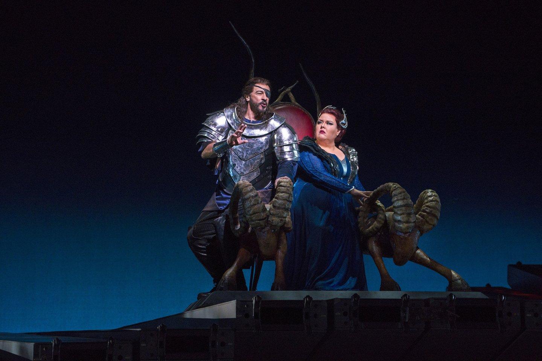 """Spektaklyje žvaigždžių nestigs: Votanas - G.Grimsley, jo žmona Frika - J.Barton.<br>""""Metropolitan Opera"""" nuotr."""