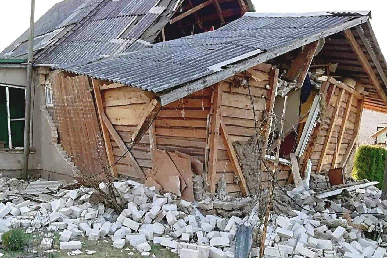 Galingas sprogimas suniokojo plytomis apmūrytą medinį namą.