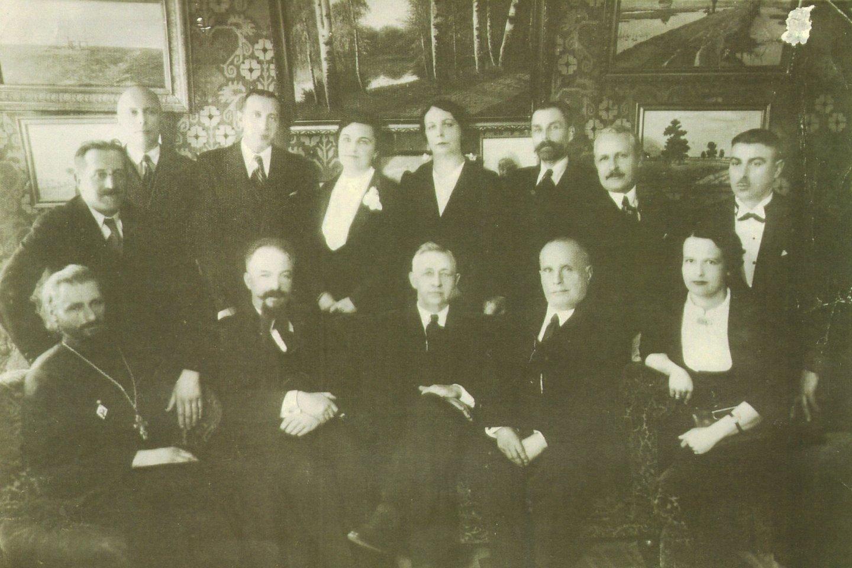 Rusų bendruomenės inteligentai. 1-oje eilėje trečias iš kairės sėdi Ivanas Buninas, 2-oje eilėje pirmas iš kairės – rusų gimnazijos direktorius A. Timinskis.<br>Lietuvos švietimo istorijos muziejaus nuotr.