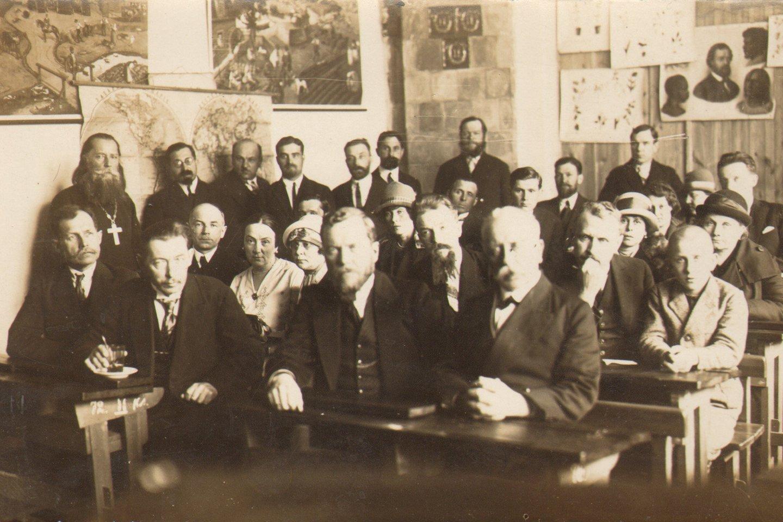 Rusų draugijos Mokslas-Šviesa narių ir stačiatikių bendruomenės dalyvių pasitarimas apie 1932 m.<br>Lietuvos švietimo istorijos muziejaus nuotr.