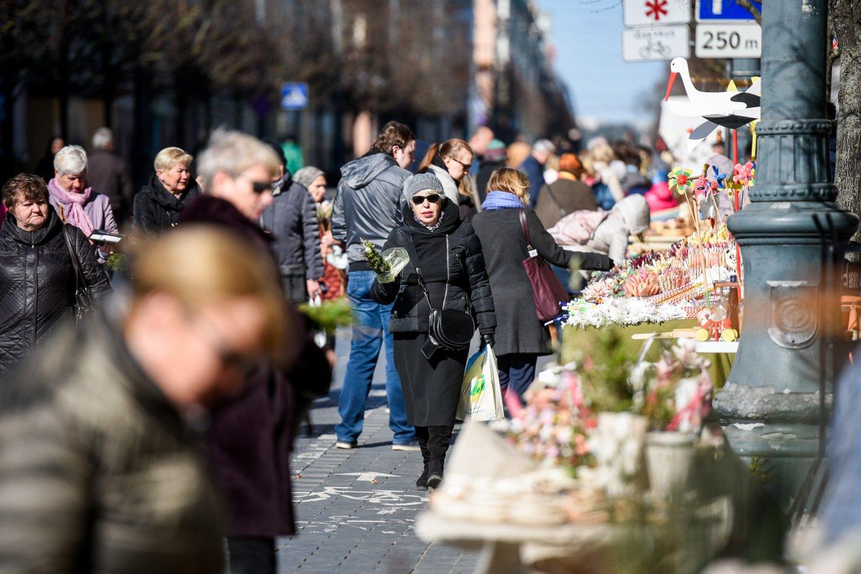 Verbų sekmadienis – prie Katedros aikštės: gausu ir parduodančių, ir perkančių.<br>D.Umbraso nuotr.