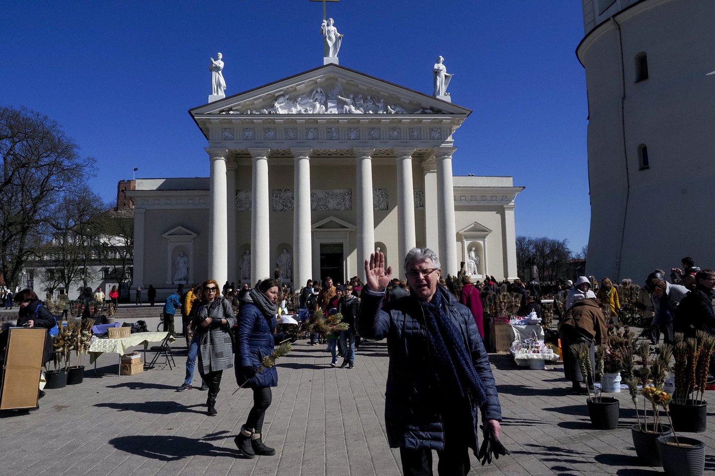 Verbų sekmadienis – prie Katedros aikštės: gausu ir parduodančių, ir perkančių.<br>V.Ščiavinsko nuotr.